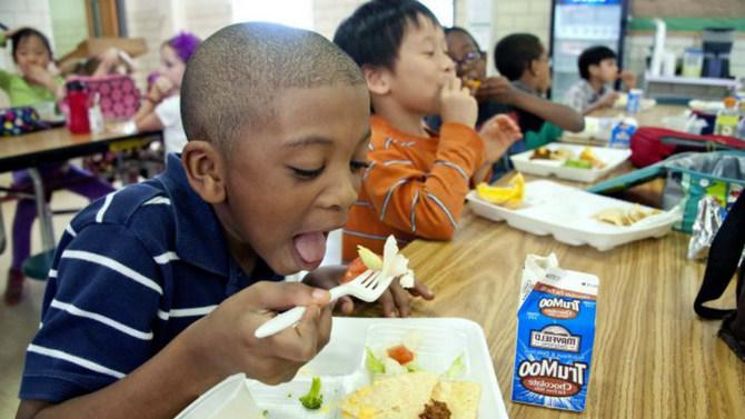 kid eating school lunch